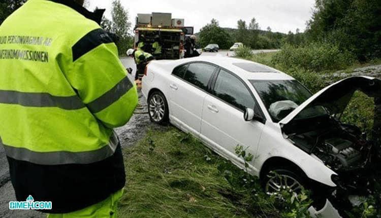 افسر راهنمایی رانندگی در شناسایی مقصر تصادف کمک می کند